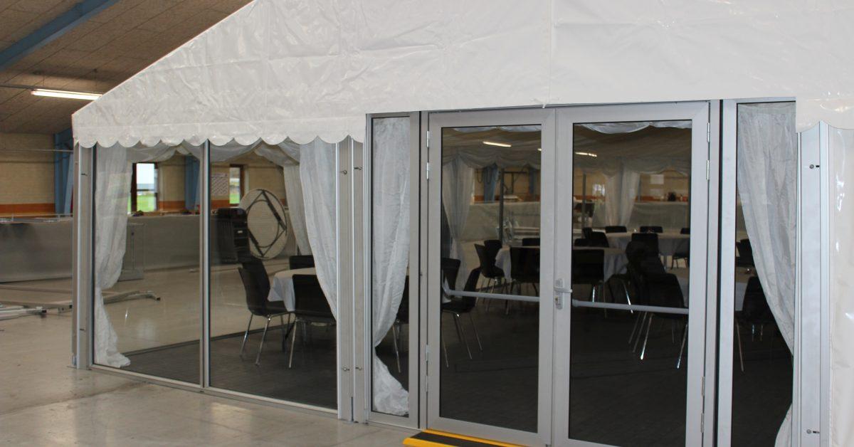 Vi har fået rigtige døre og vinduer i glas i telt udlejningen